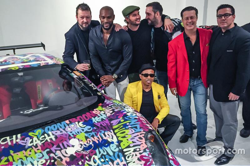 Ben Levy met Tyson Beckford, Steve Hawthorne, Neil Handler en vrienden poseren bij de Ferrari F430
