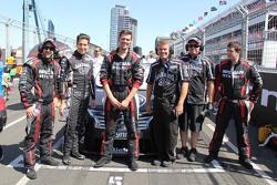 Rick Kelly, Nissan Motorsports, mit seinem Team