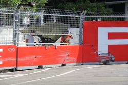 Tim Slade, Walkinshaw Racing Holden benturan kecelakaan
