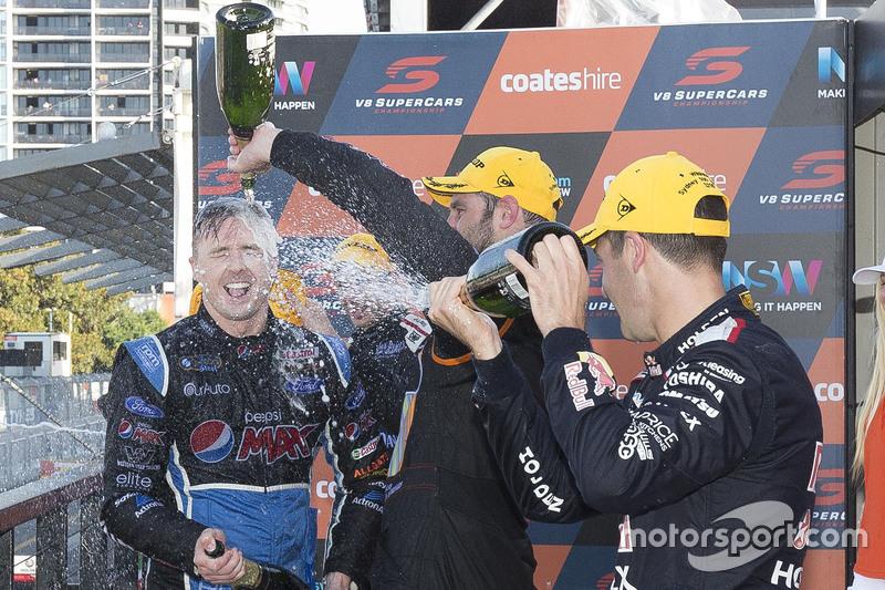 V8-Supercars-Champion 2015 Mark Winterbottom, Prodrive Racing Australia, Ford, feiert auf dem Podium