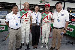 Кобкарн Ваттанавранкул, министр туризма и спорта, Габриэле Тарквини, Honda Racing Team JAS и Тьягу Монтейру, Honda Racing Team JAS