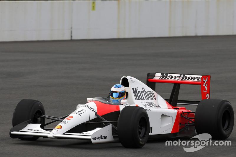 Fernando Alonso bestuurt de 1991 McLaren Honda MP4/6