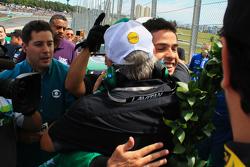 William Lube abraça Marcos Gomes
