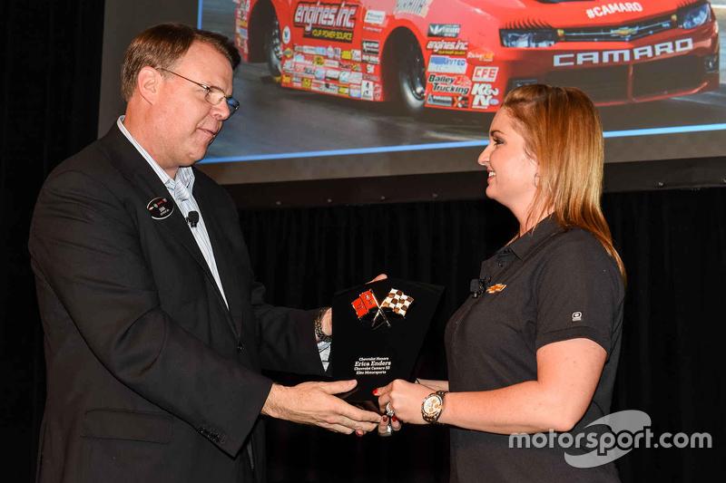 Erica Enders erhält einen Award von Jim Campbell, Vizepräsident bei General Motors
