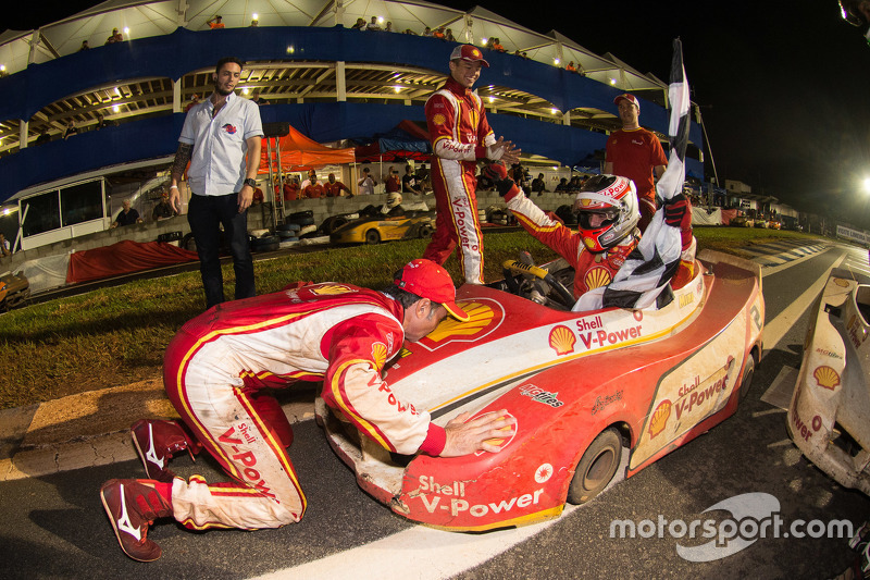 Christian Fittipaldi beija o kart vencedor
