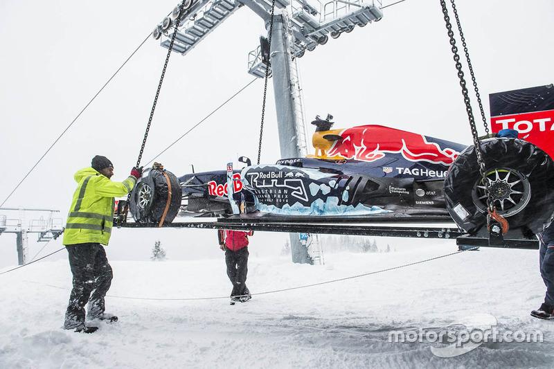 Red Bull RB7 llega en helicóptero