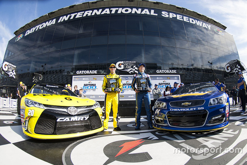 3. Primera fila: ganador de la pole Chase Elliott, Hendrick Motorsports Chevrolet, second place Matt Kenseth, Joe Gibbs Racing Toyota