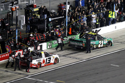 Arrêt aux stands pour Cameron Hayley, ThorSport Racing Toyota et Johnny Sauter, GMS Racing Chevrolet