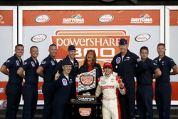 Le vainqueur Chase Elliott, JR Motorsports Chevrolet avec les pilotes des Thunderbird