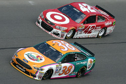 Landon Cassill, Front Row Motorsports Ford, Kyle Larson, Chip Ganassi Racing Chevrolet