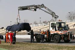 La Toro Rosso STR11 di Max Verstappen, Scuderia Toro Rosso mentre viene riportata ai box dopo l'avaria