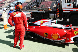 Kimi Raikkonen, Ferrari SF16-H fermo alla fine della pit lane