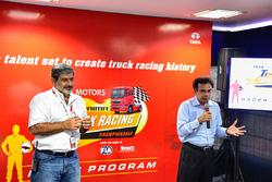 Вікі Чандок і віце-президент Tata Motors Commercial Vehicles Ар Рамакрішнан
