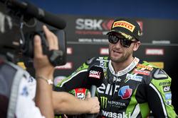 Il vincitore Tom Sykes, Kawasaki Racing Team, con i giornalisti