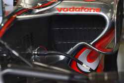 McLaren Mercedes, MP4-23, Different sidepods used on each side of the car
