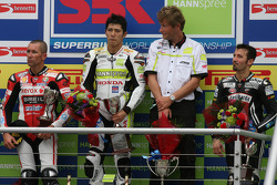 Troy Bayliss, Ryuichi Kiyonari et Max Biaggi sur le podium, avec Ronald Ten Kate