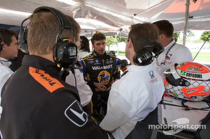 Alex Tagliani discusses with his team