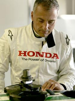 Риккардо Патрезе смотрит внутрь автомобиля Honda RA107