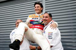 Giorgio Pantano celebra el título de la GP2 2008 con Alfonso de Orleans Borbon, jefe de Racing Engin