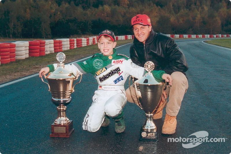 Le jeune Sebastian Vettel pose avec Michael Schumacher