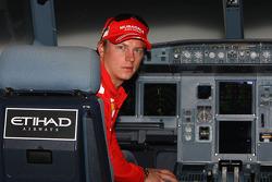 Kimi Raikkonen de Ferrari vuela en un Etihad Airways simulador sobre la isla de Yas, el sitio de la Abu Dhabi Etihad Airways F1 Grand Prix 2009