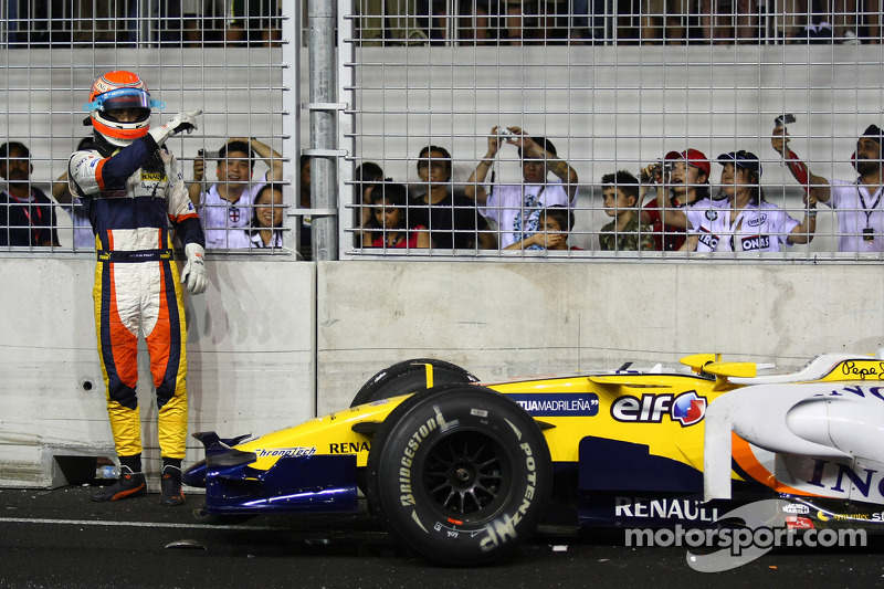 Crash: Nelson Piquet Jr., Renault F1 Team, R28