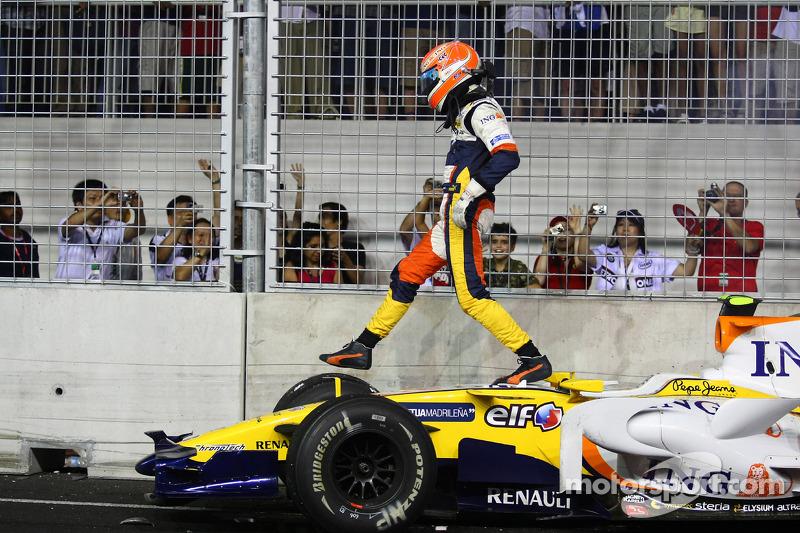 Crash: Nelson Piquet Jr., Renault F1 Team, R28