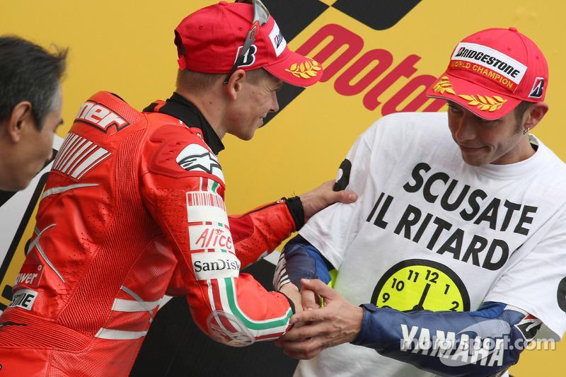 Podio:  ganador de la carrera y campeón del mundo 2008 Valentino Rossi y Casey Stoner el segundo lugar celebran