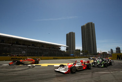Race start: Helio Castroneves (Team Penske)