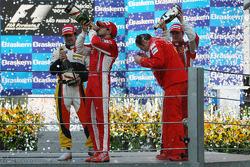 podio: champaña para Felipe Massa, Fernando Alonso, Kimi Raikkonen y Stefano Domenicali