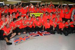 Campeón del Mundo 2008 Lewis Hamilton celebra con los miembros del equipo McLaren Mercedes