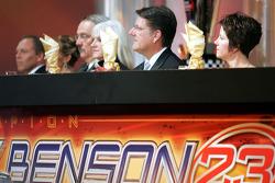 Le capitaine d'équipe Trip Bruce, les propriétaires Bill et Gail Davis et le pilote Johnny Benson avec sa femme Debbie s'assoient à la table principale