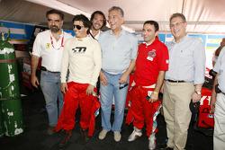 Эстебан Туэро и Гастон Маццакане позируют вместе со Стефаном Рателем и ВИПами