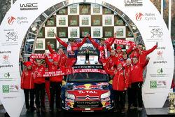 Podio: Sébastien Loeb y Daniel Elena con Daniel Sordo y Marc Marti y el equipo
