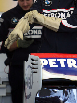 Technical detay, a mechanic ve gloves