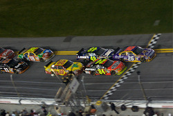 Last restart: Jamie McMurray, Roush Fenway Racing Ford and Jeff Gordon, Hendrick Motorsports Chevrolet battle for the lead