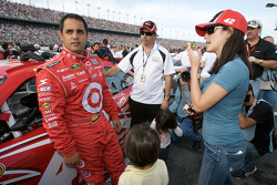 Juan Pablo Montoya, Earnhardt Ganassi Racing Chevrolet, with wife Connie, son Sebastian and daughter Paulina