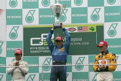 Diego Nunes célèbre sa victoire sur le podium avec Kamui Kobayashi et James Jakes