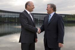 Ron Dennis, Presidente de McLaren y director del equipo y Richard Lapthorne, Presidente no ejecutivo del grupo McLaren, en el centro de tecnología McLaren
