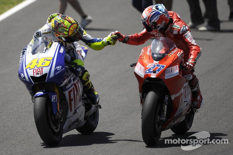Valentino Rossi ganador de la carrera, el Fiat Yamaha Team celebra con Casey Stoner, Ducati Marlboro Team