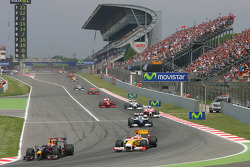 Restart: Mark Webber, Red Bull Racing and Fernando Alonso, Renault F1 Team