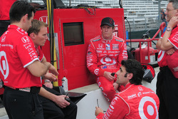 Scott Dixon, Target Chip Ganassi Racing and Dario Franchitti, Target Chip Ganassi Racing having a team meeting