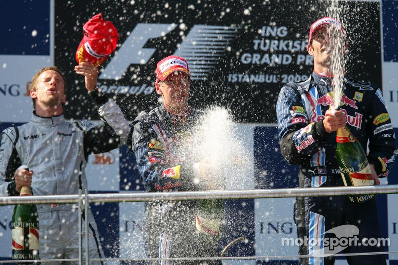 Подіум: переможець Дженсон Баттон (Brawn Mercedes), другий призер Марк Веббер (Red Bull Renault), третій призер Себастьян Феттель (Red Bull Renault)