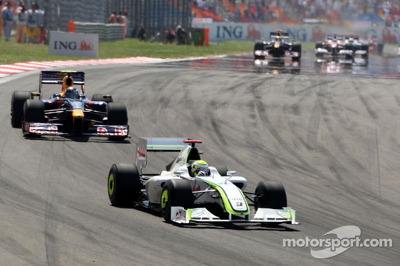 Дженсон Баттон (Brawn Mercedes) попереду Себастьяна Феттеля (Red Bull Renault)