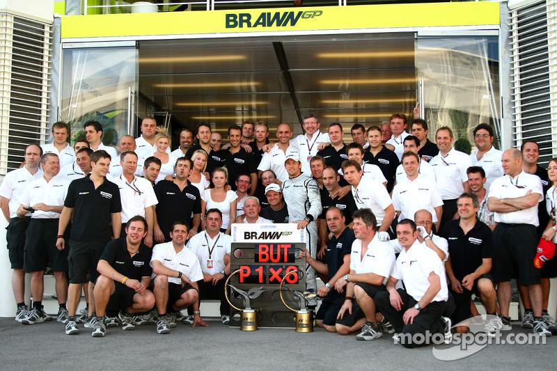 Команда Brawn GP святкує перемогу Дженсона Баттона