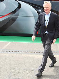 Max Mosley, camina Bernie Ecclestone