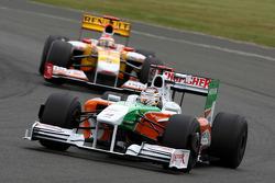Адриан Сутиль, Force India F1 Team едет впереди Фернандо Алонсо, Renault F1 Team