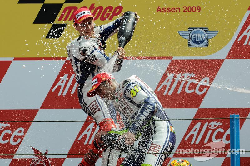 Podio: ganador de la carrera Valentino Rossi Fiat Yamaha Team celebra su triunfo 100 de MotoGP con Jorge Lorenzo