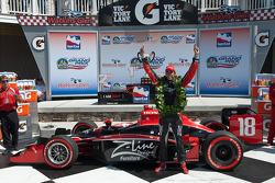Victory lane: ganador de la carrera Justin Wilson, Dale Coyne Racing