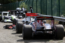 Разбитые машины Дженсона Баттона, BrawnGP, Льюиса Хэмилтона, McLaren Mercedes, Хайме Альгерсуари, Scuderia Toro Rosso